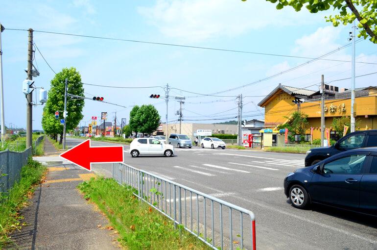 府道61号線、極楽湯堺泉北店さん前を矢印の方向へ。